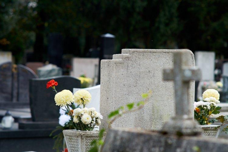 Holnap délelőtt még ingyen be lehet hajtani gépjárművel az Északi temetőbe
