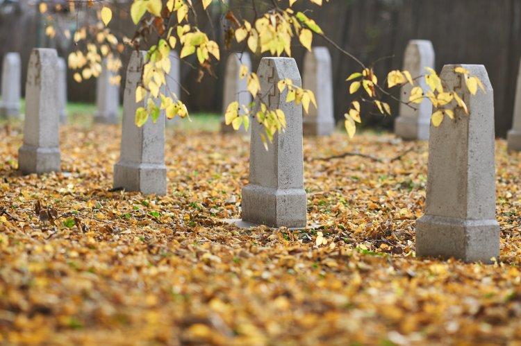 Hétfőn mécsesgyújtással egybekötött ünnepi megemlékezést tartanak a Hősök temetőjében