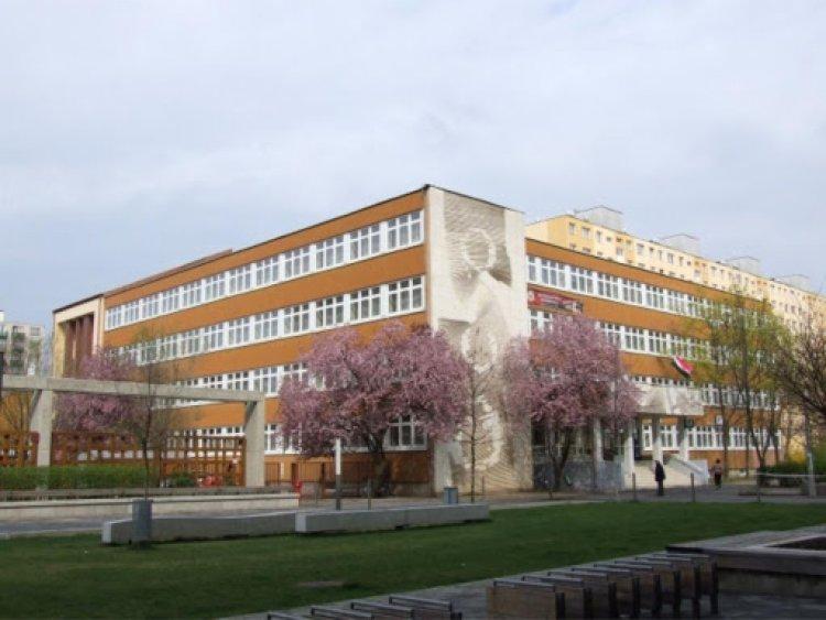 Digitális oktatásra tér át az Eötvös gyakorlóiskola, 18 diák és 13 tanár megbetegedett