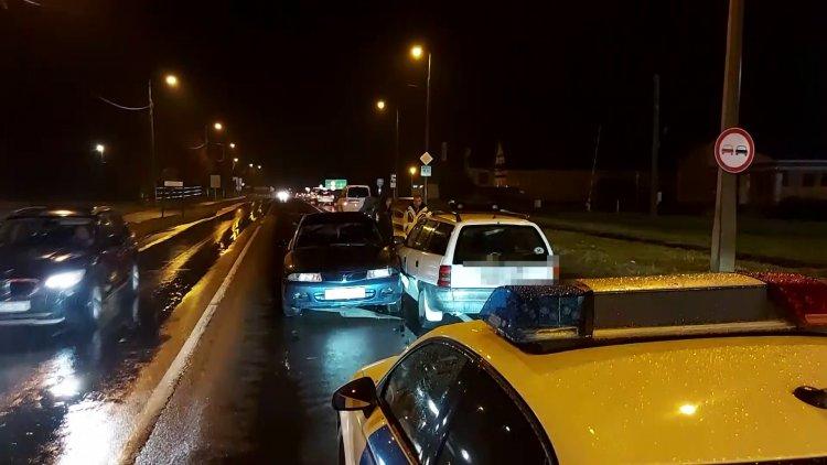 Két személyautó ütközött hétfőn este a Pazonyi úton