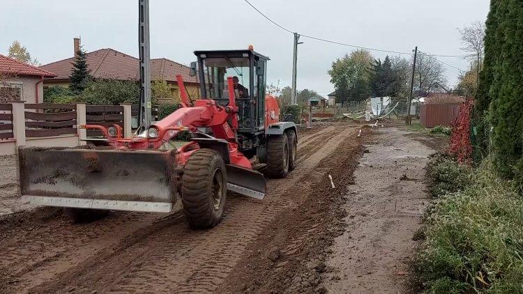 Megkezdődött az útszakasz kiépítése Oroson, a Felhő utcán