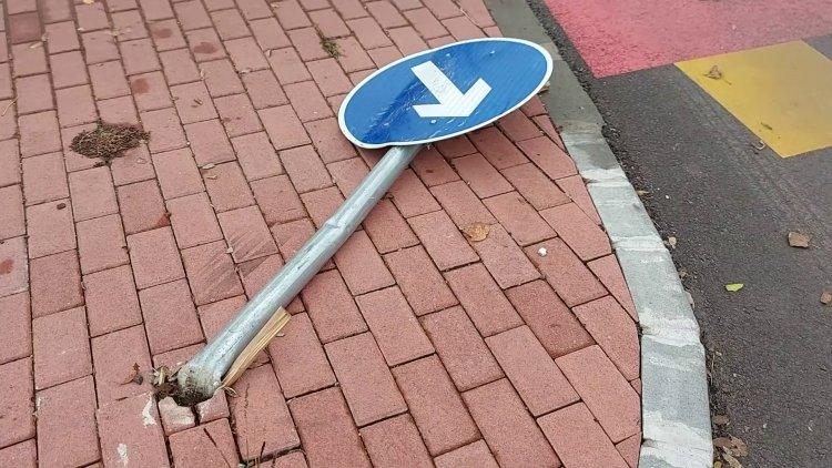Kikerülést jelző közlekedési táblának ütközött egy ismeretlen gépjármű az  Ady Endre utcán