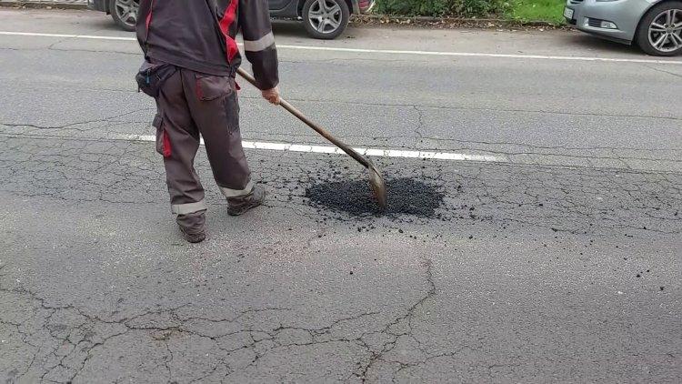 Kátyúzási munkálatokat végeznek a NYÍRVV munkatársai a Debreceni úton