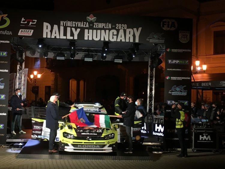 Folyamatosan haladnak át a dobogón a versenyautók! Elstartolt a II. Rally Hungary!
