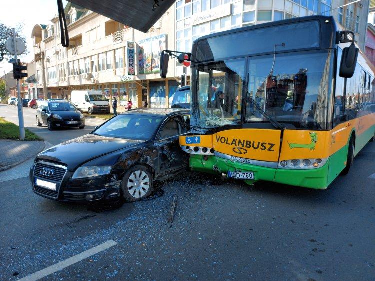 Tömegbaleset Nyíregyházán - Busz ütközött személyautóval, 7 sérült