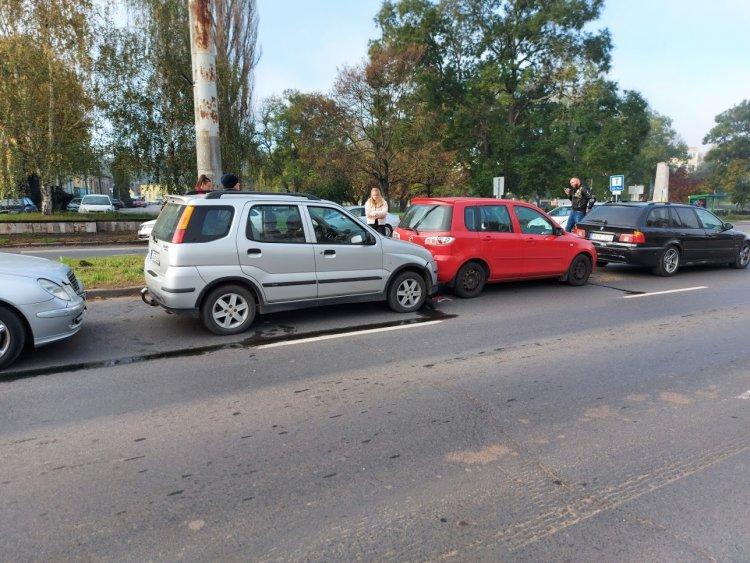 Négyes karambol történt a Pazonyi téren hétfőn délelőtt, a temető előtt