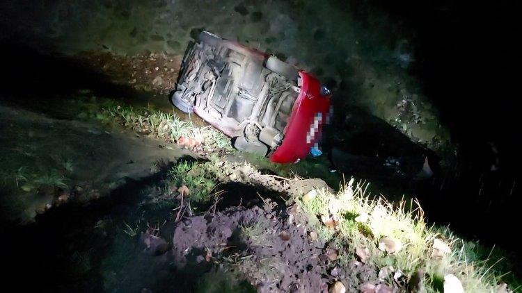 Lecsúszott az útról majd öt és fél méter mély patakba csúszott egy jármű
