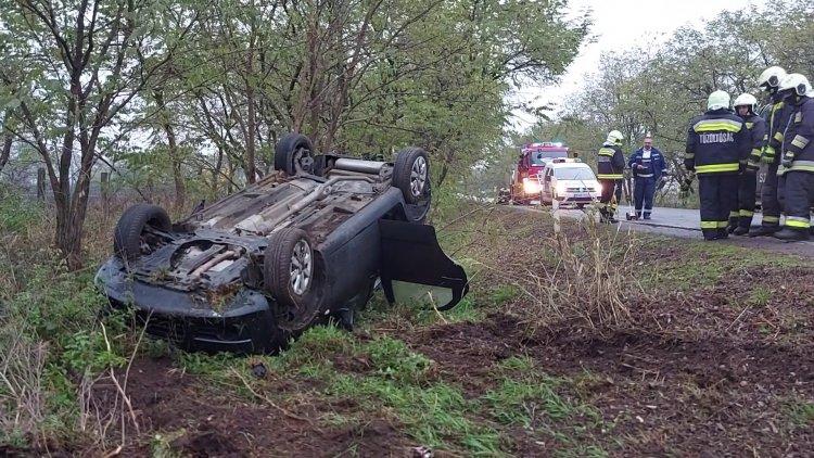 Megcsúszott és felborult egy személyautó a vizes úton Nagycserkesz után csütörtök reggel
