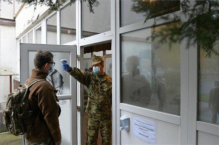 Hétfőtől 93 kórházban lesznek ott a katonák, a járvány elleni védekezést segítik