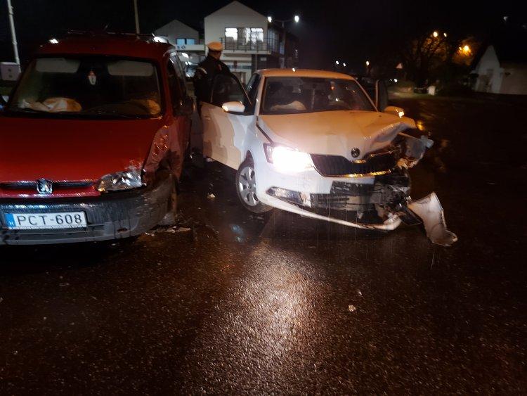 Egy kanyarodó és egy egyenesen haladó jármű ütközött az Ady Endre utcán