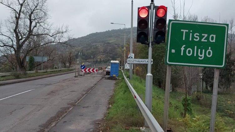 Továbbra is jelzőlámpa irányítja a forgalmat a tokaji Tisza-hídon.