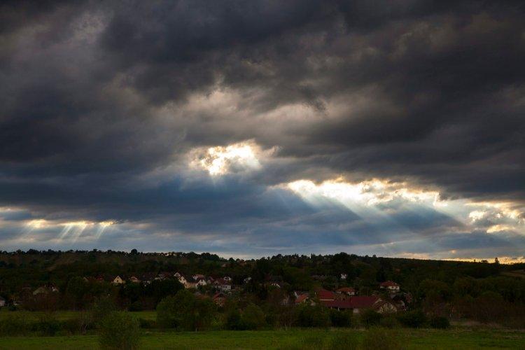 Sarki hidegfront közeleg, kisüthet a nap, de többfelé valószínű eső, záporeső