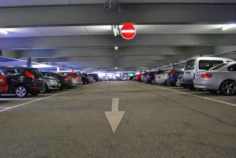 Kormányszóvivő: hétfő estétől ingyenes a parkolóházak éjszakai használata