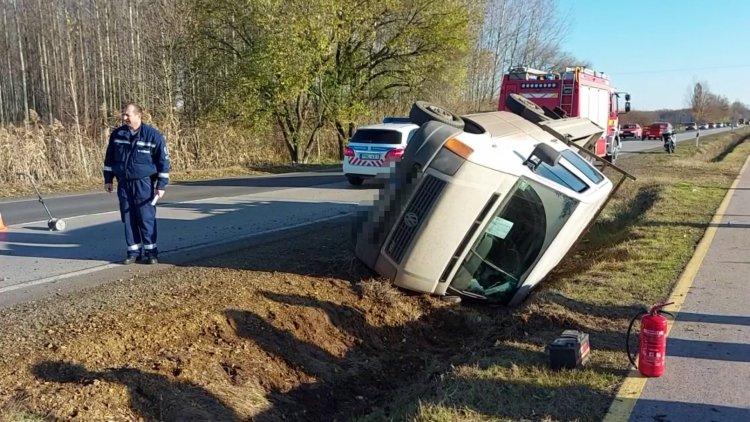 Árokba csapódott és felborult egy kisteherautó a 41-es számú főúton