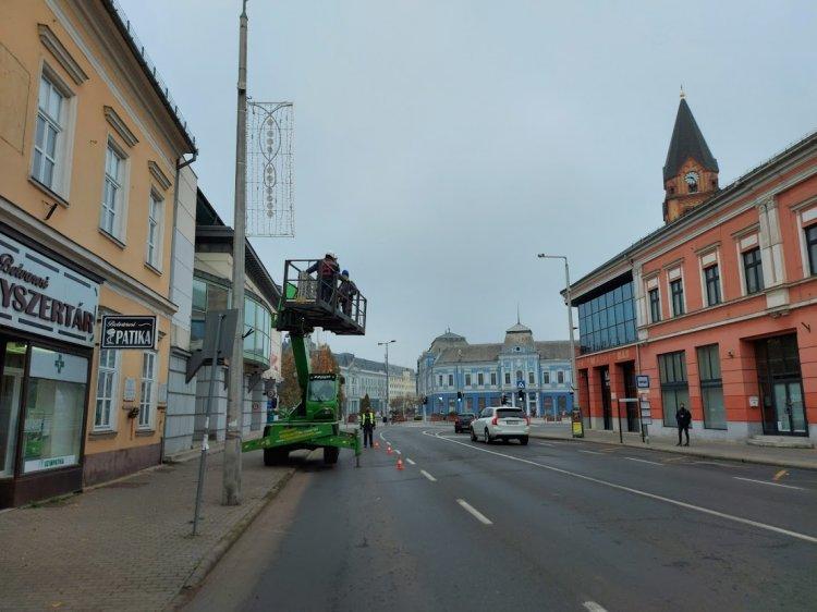 A Luther utca is karácsonyi díszbe borul, forgalomkorlátozás mellett végzik a munkákat