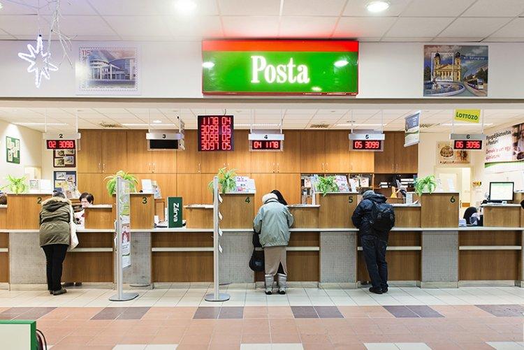 Csütörtöktől a postákon a nyitásnál elsőbbséget biztosítanak a 65 év felettieknek