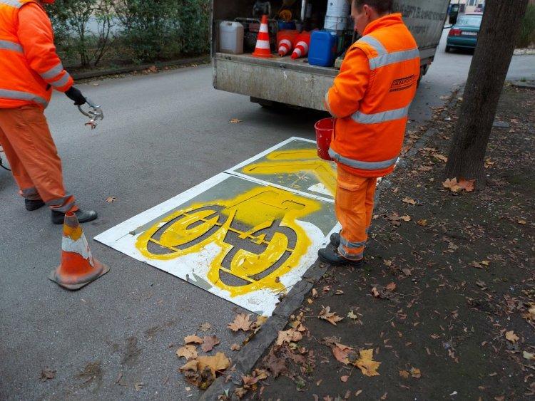 Újrafestették a kerékpáros útburkolati jeleket a Színház és a Malom utcákon