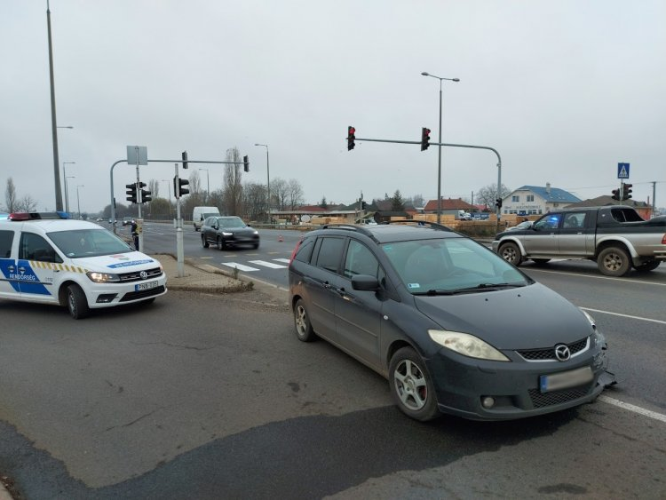 Két személygépkocsi ütközött a 4-es számú főútvonalon, Rozsrétszőlőnél