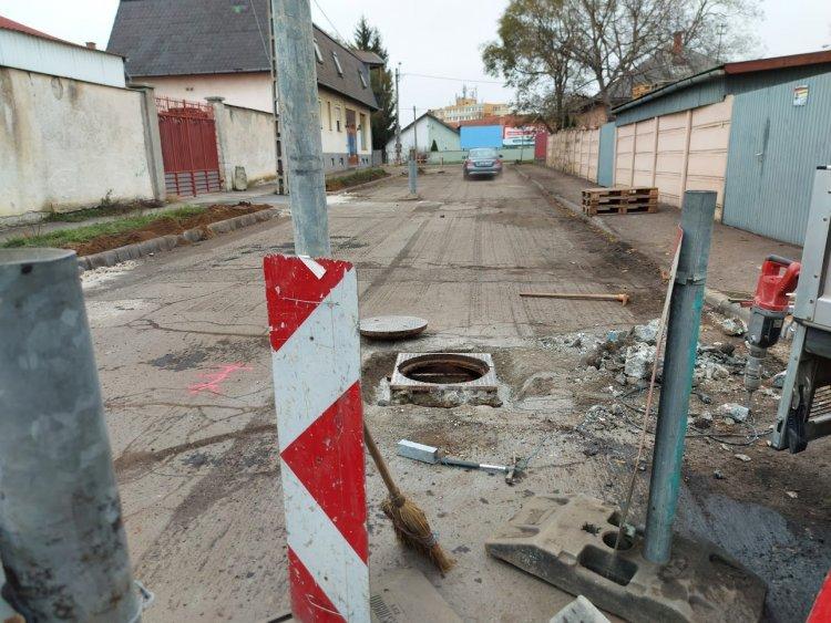 Útfelújítási munkálatokat végeznek a Munkácsy Mihály és a Simonyi Óbester utcán