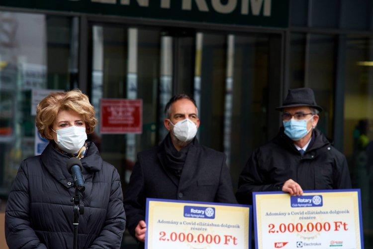 Rotary adomány a kórháznak – Ózongenerátoros fertőtlenítőt és hűtőket is kaptak