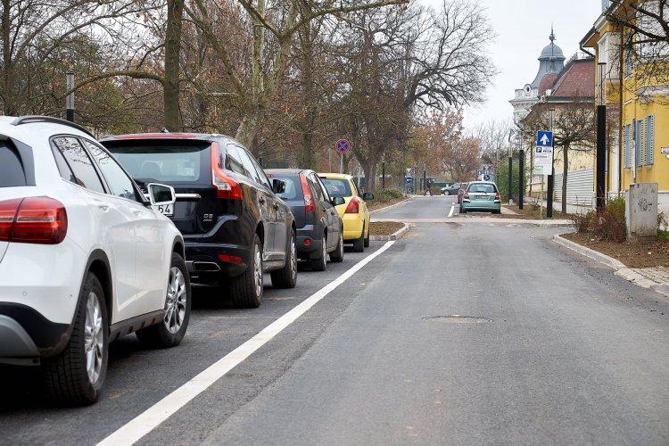 Végéhez közeledik a Benczúr-Bessenyei tereket övező felújítás: ismét használható a parkoló