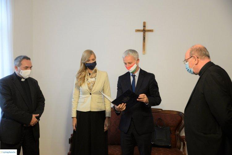Püspöki köszöntő –Két államtitkár köszöntötte a frissen kinevezett pécsi püspököt