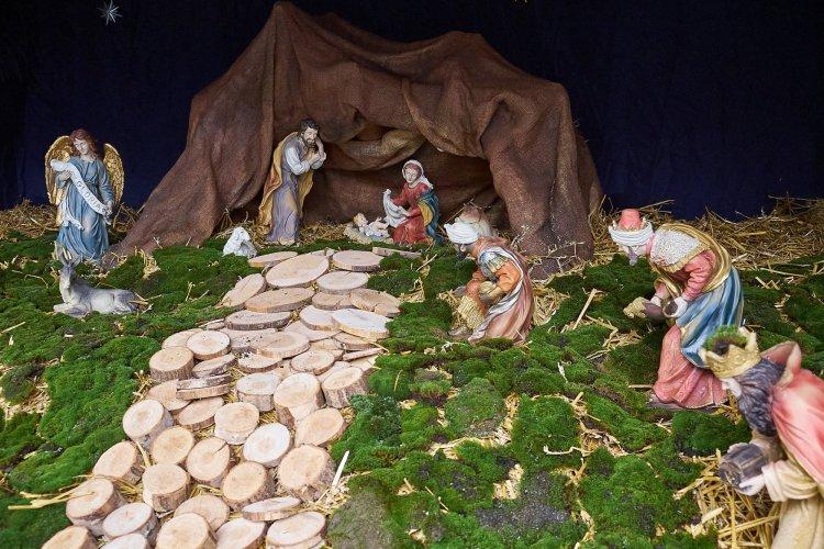 Karácsonyra készülve, a Kossuth téren a betlehemi jászolt is felállították már!