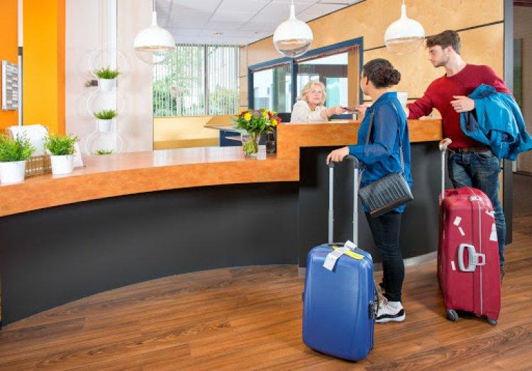 Hatalmas kormányzati bértámogatást kapnak a szállodák és az éttermek