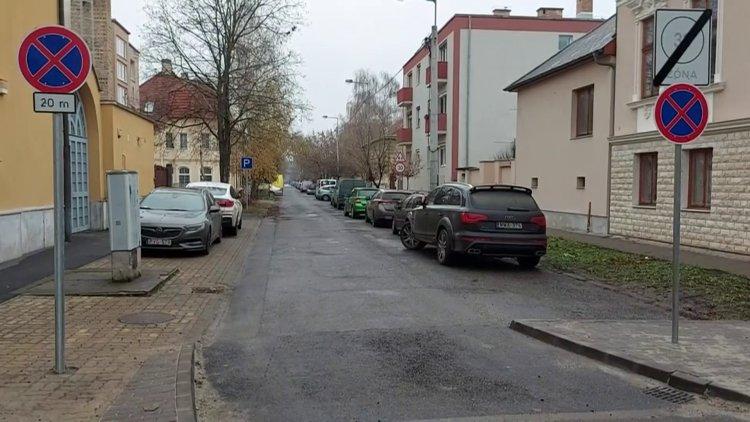 Változik a parkolás rendje a Malom utcán, nyitott kerékpársávot alakítanak ki