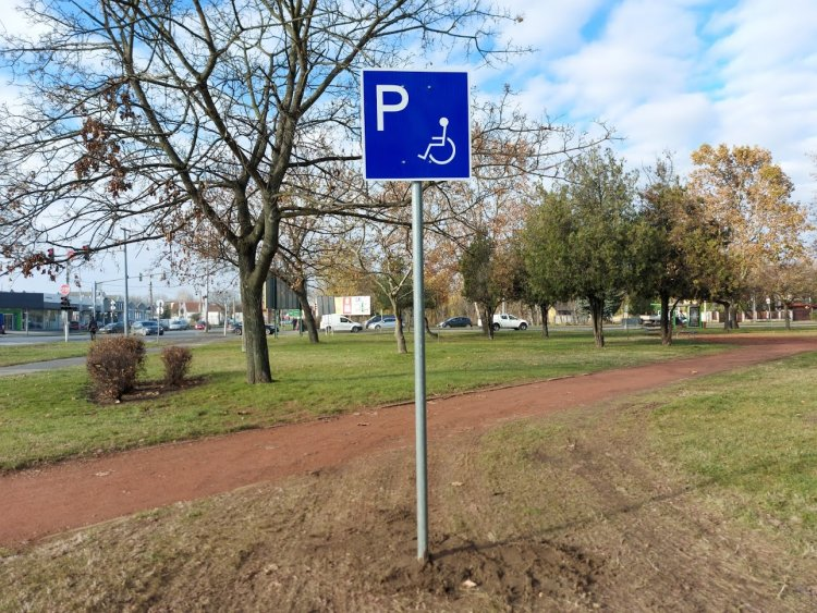 Mozgáskorlátozottak részére kialakított parkolót biztosítottak a Széna téren
