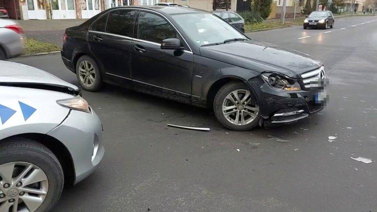 Jelentős anyagi kárral járó baleset történt a Kossuth és Sarkantyú utcák csomópontjánál