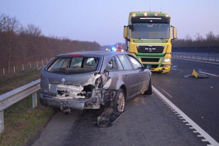 Tehergépjármű-szerelvénynek és szalagkorlátnak ütközött az M3-as autópályán