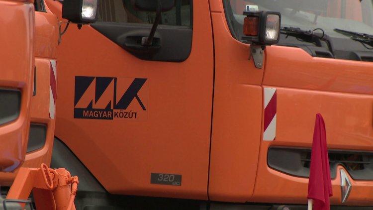Téli átállás a Közútnál – 280 dolgozóval és 56 munkagéppel várják a havazást