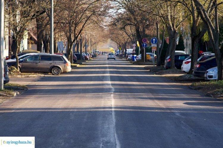 Útfelújítások városszerte – Elkészült a Bujtos utca, máshol folytatódik az aszfaltozás