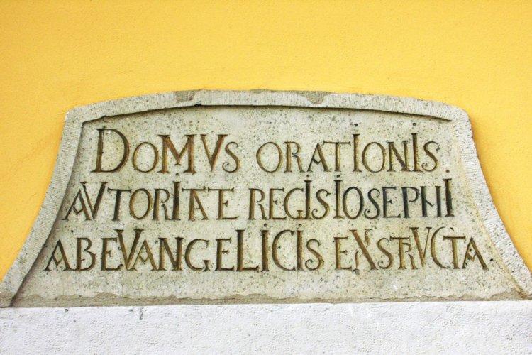 A város első emlékjele: az evangélikus nagytemplom kronosztikonos emléktáblája