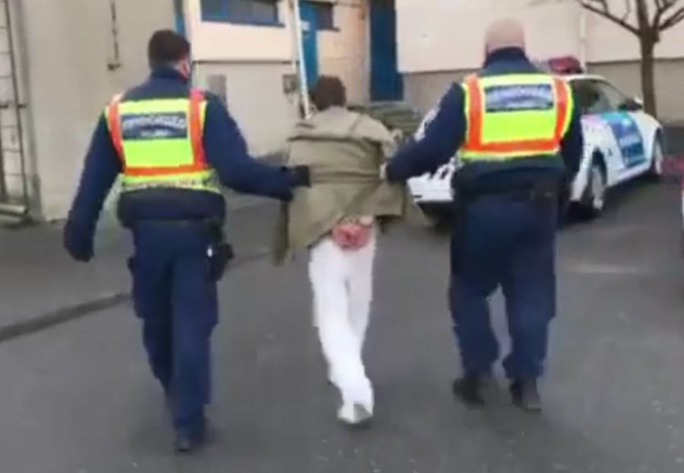 A fürdőszoba ablakán keresztül próbált meg elmenekülni, a rendőrök elfogták