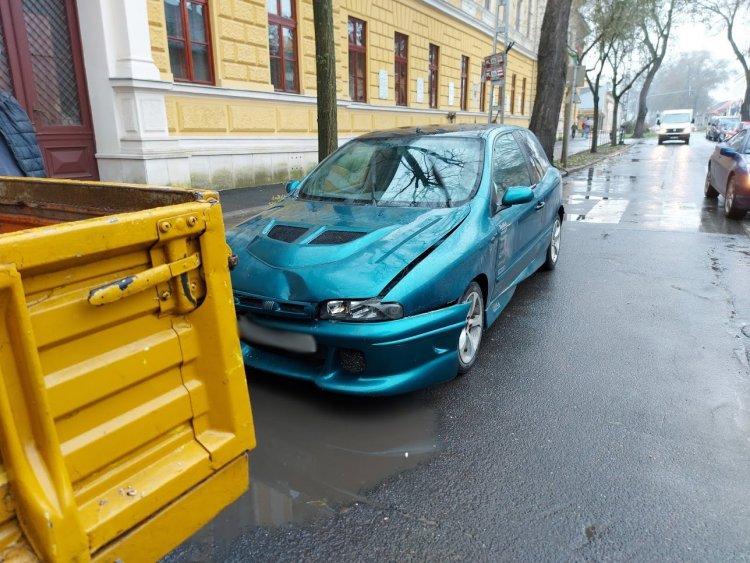 Ráfutásos baleset történt a Szent István utcán kedd délelőtt, jelentős az anyagi kár