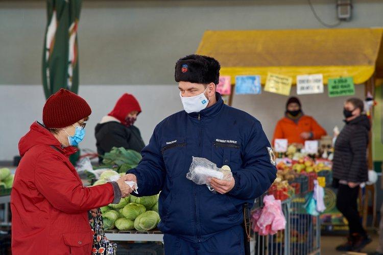 Ellenőrizték a maszkviselést – Ajándék védőfelszerelést osztott a Közterület-felügyelet