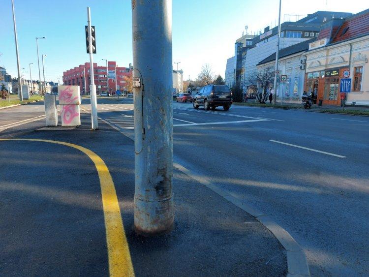 Elvakította a nap a sofőrt, oszlopnak hajtott a Vasvári Pál utcán