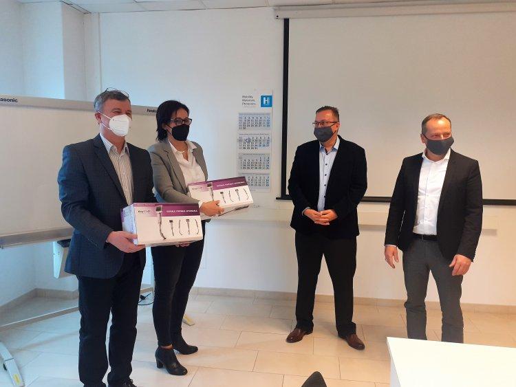 Mobil ultrahangot és videó gégetükröket adományozott a Hübner-H Kft.