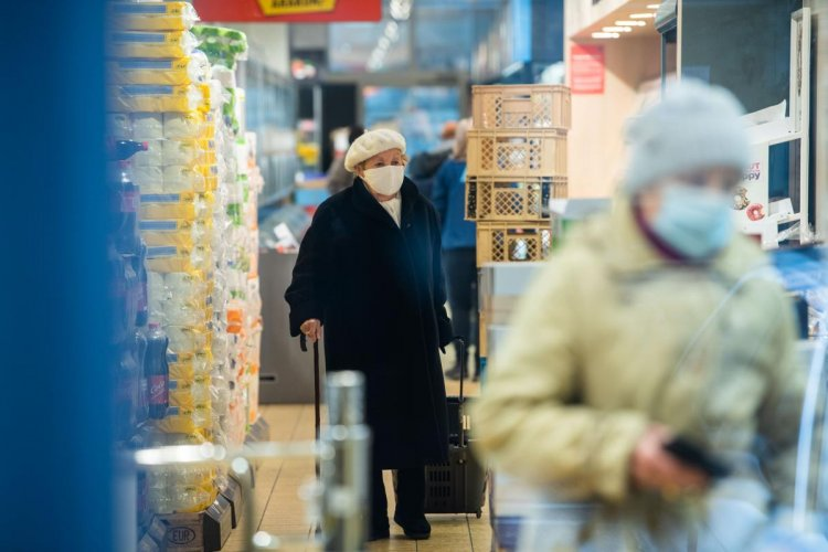 Az idősek vásárlási sávjának felfüggesztését kérik a kereskedelmi szervezetek