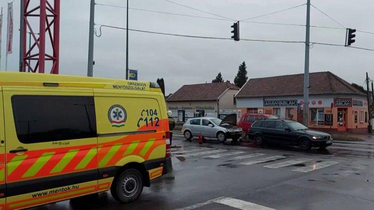 Ráfutásos baleset történt a László utcán, a karambolt okozó sofőr megsérült