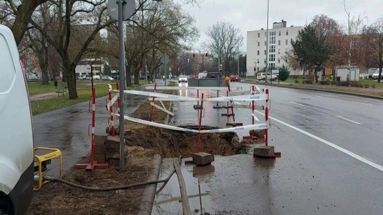 Csőtörés miatt felbontották az útburkolatot a Vasvári Pál utca 68. szám előtt