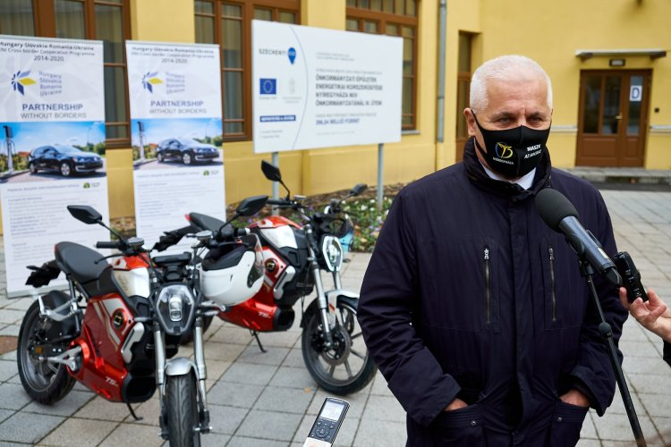 Környezettudatos tervek – Elektromos mopedek segítik az önkormányzat munkatársait
