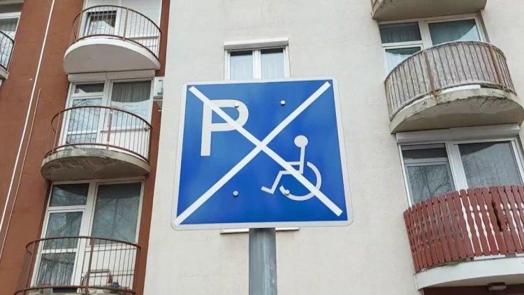 Mozgáskorlátozott-parkoló táblát rongáltak és távolítottak el ismeretlenek Nyíregyházán