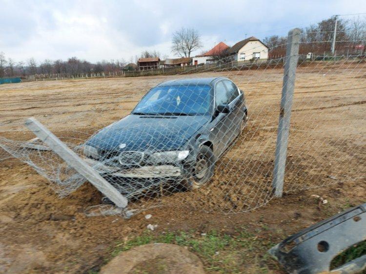 Elvesztette uralmát járműve felett egy sofőr a Tiszavasvári úton, felborult