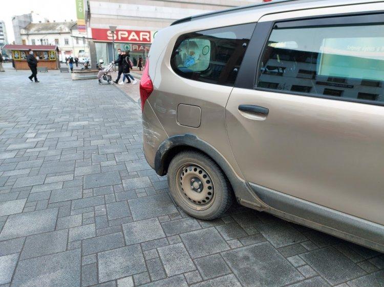 Szabálytalanul parkoló járműbe ütközött egy autó Nyíregyháza belvárosában