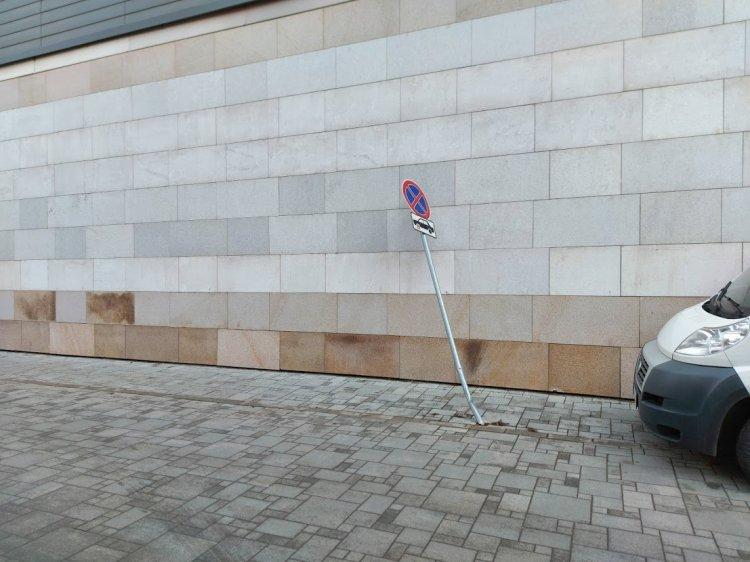 Ismeretlen elkövető döntött ki közlekedési jelzőtáblát a Jókai téren