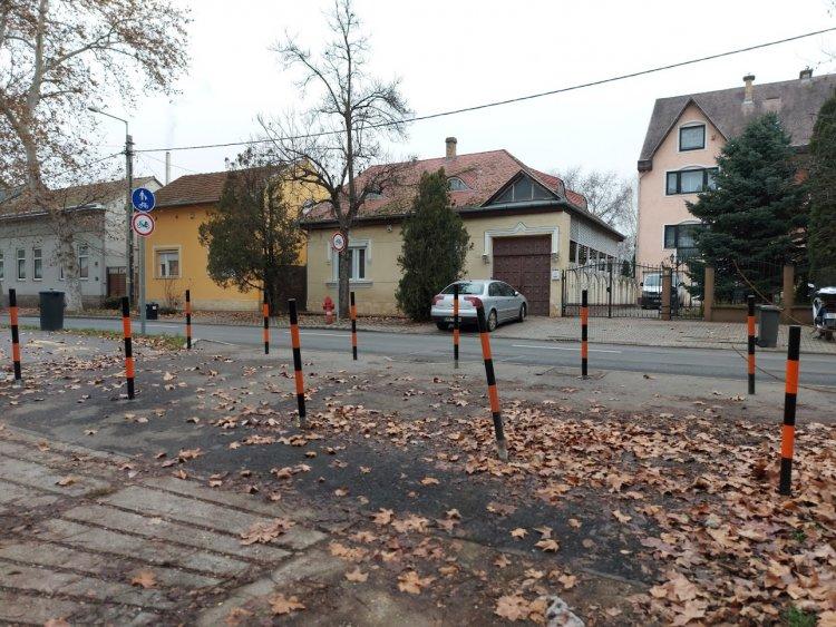 Oszlopokat törtek és rongáltak ismeretlen tettesek a Szarvas utcán
