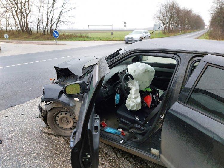 Figyelmen kívül hagyta a STOP-táblát, balesetet okozott a Kemecsei úton egy sofőr